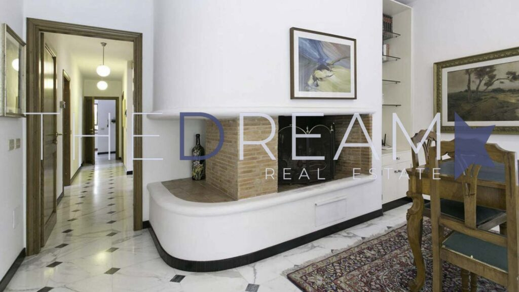 In a quiet area a few steps from the center, villa for sale in Forte dei Marmi, with a large garden, swimming pool and additional area with independent entrance. Property managed by The Dream RE, Real Estate Agency in Forte dei Marmi