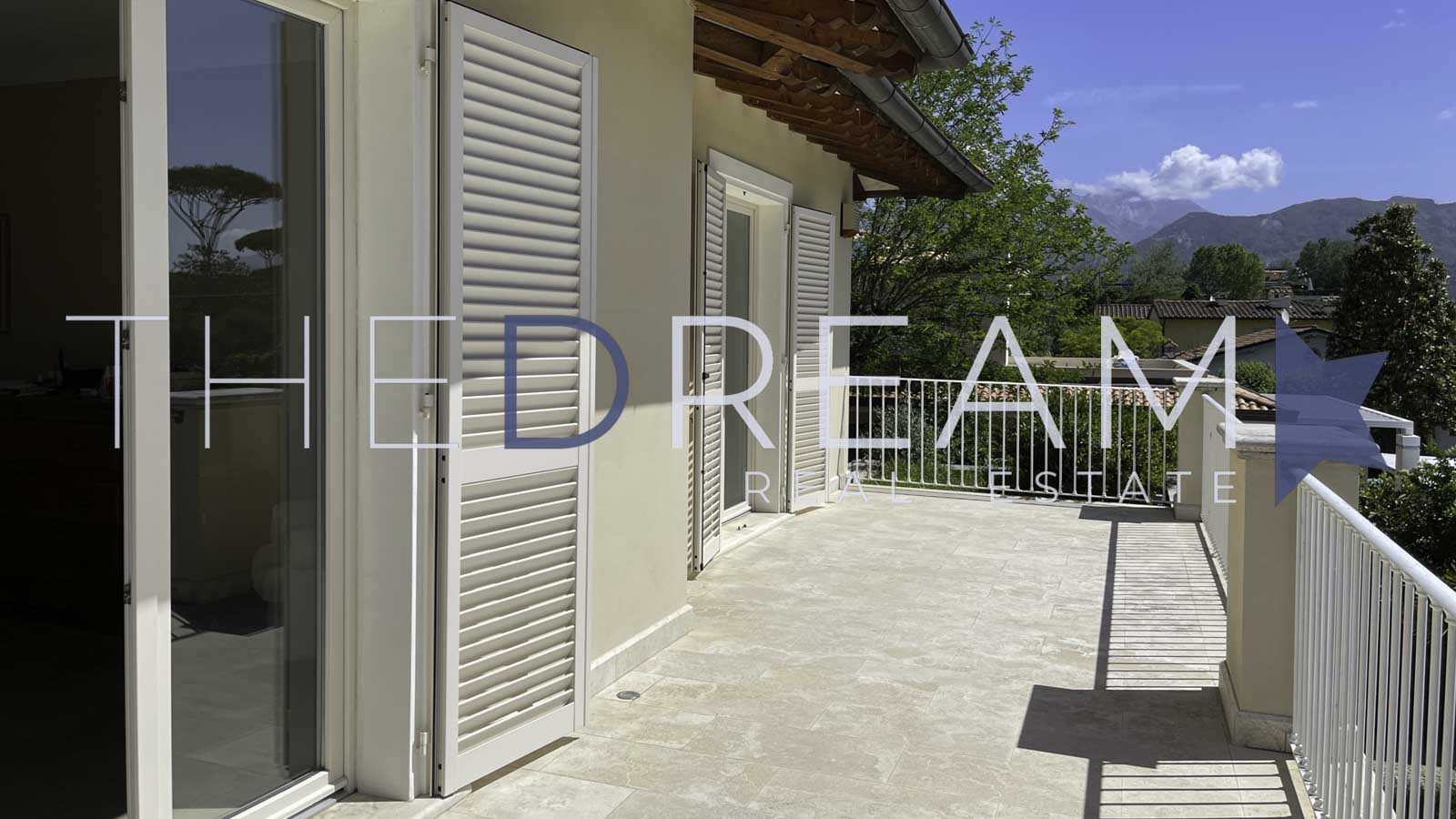 Spacious newly built villa for sale and for rent in Forte dei Marmi, set in a large garden with swimming pool, located a few steps from the center and 800 meters from the beach. Property managed by The Dream RE, real esate agency in Forte dei Marmi