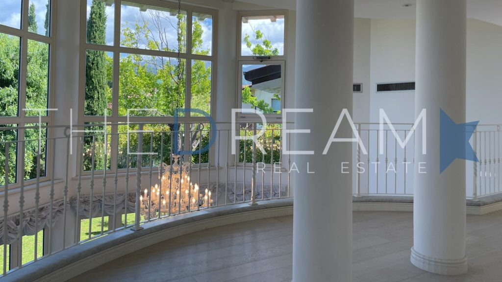 Recent construction, a stone's throw from the center and the beaches, refined villa for sale in Forte dei Marmi with large garden in a private residential area. Property managed by The Dream RE, Real estate agency in Forte dei Marmi