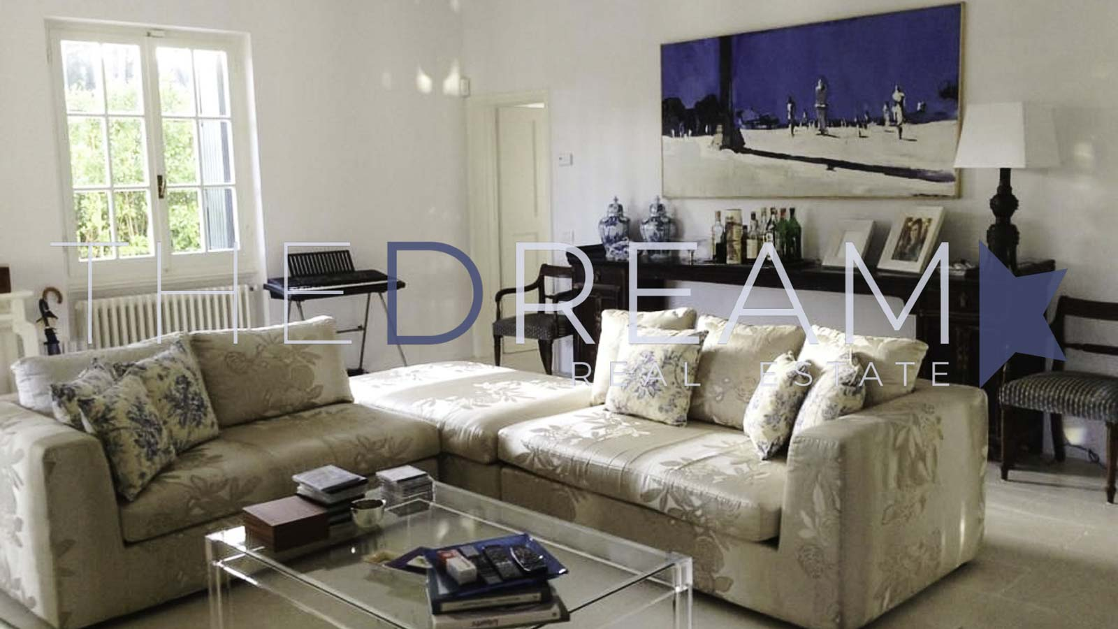 Located in the most prestigious area, this property for rent in Forte dei Marmi is surrounded by a large and well-kept garden with a large swimming pool. Property managed by The Dream RE, Real estate agency in Forte dei Marmi