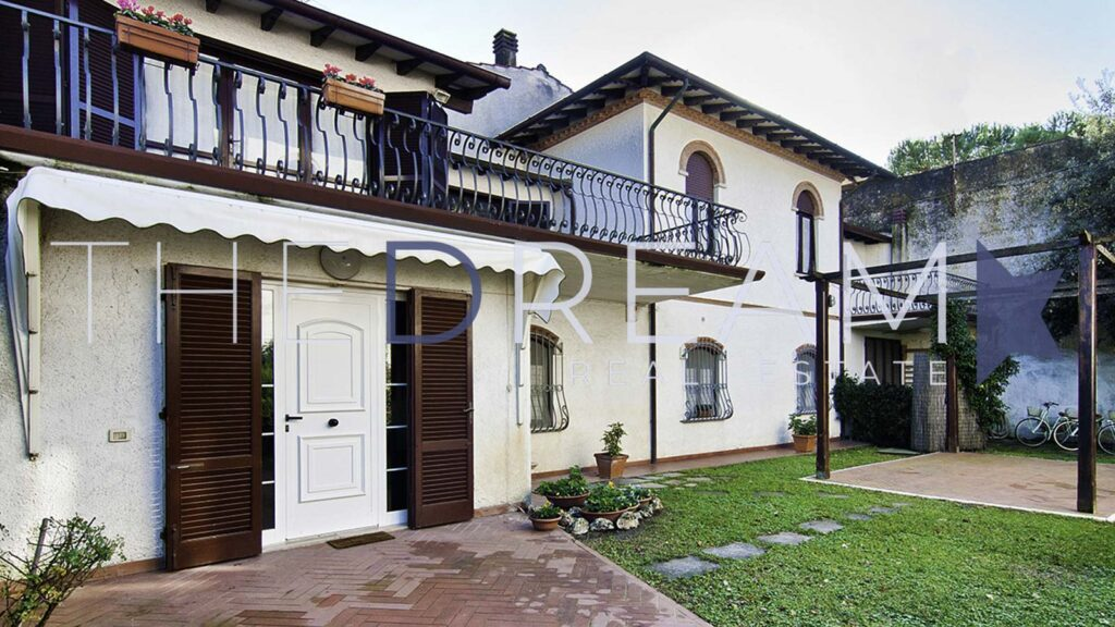 Bright property with high-level finishes, this prestigious villa for sale in Forte dei Marmi is equipped with large size and dependance. Property managed by The Dream RE, Real estate agency in Forte dei Marmi