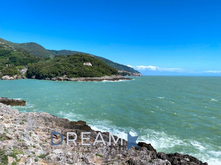 Extraordinary Villa for sale and rent in Lerici with private access to th